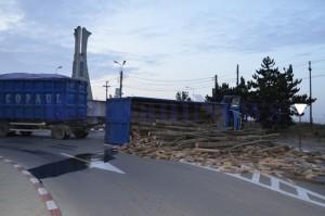camion-rasturnat-sens-giratoriu-lemne-300x199
